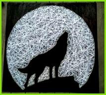 der Mond ist weiß und groß und ein Wolf als Schattenbild heult Fadengrafik Vorlage Fadengrafik