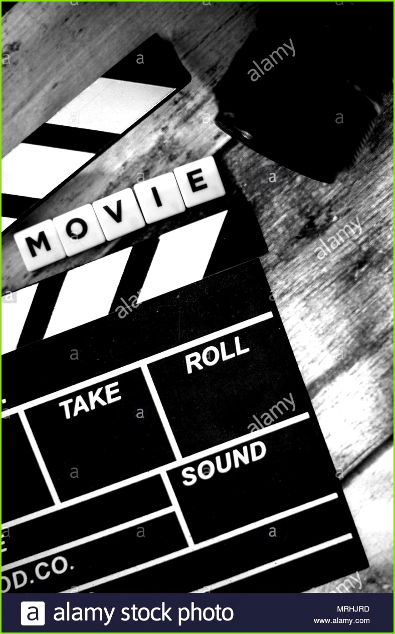 klappe und alte Kamera auf einem hölzernen Hintergrund Video Drehbuch Regie