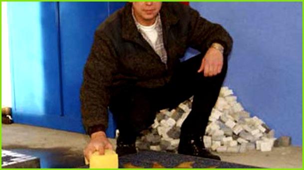 1 detail rund 400 kilo wiegt jedes der acht wappen der genkinger wilhelm herrmann geschaffen hat er kann sie sich gut als zierde fuer hauswaende