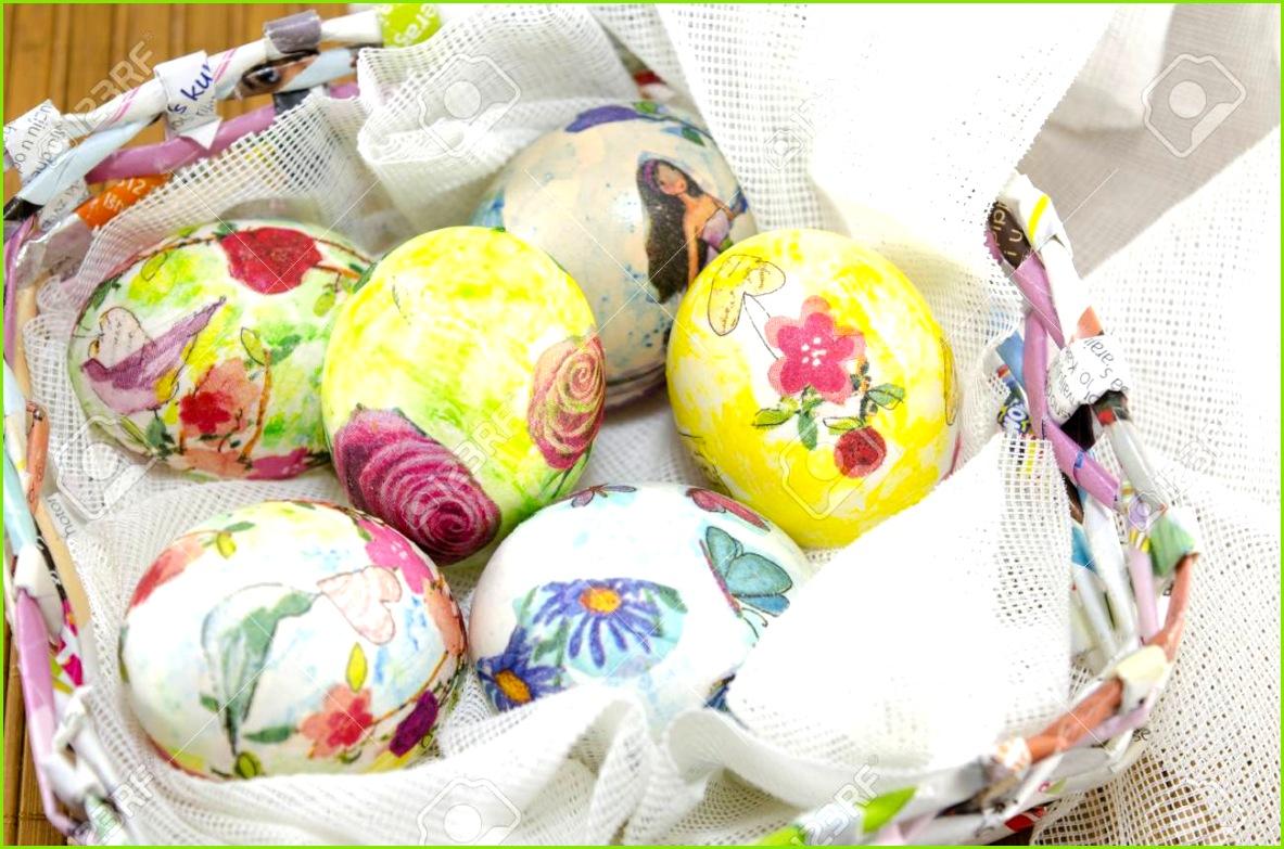 Bunch of Hand farbige Ostereier in einem Büttenpapier Eierkorb Standard Bild