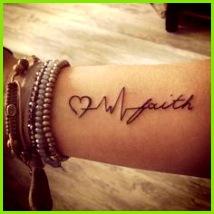 Faith Tattoo mit Herz am Unterarm Auf sem Tattoo Bild sehen wir ein kleines Herz