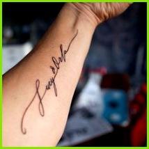 Tattoo Schriften für Namen geschwungene Schreibschrift mit Schörkeln Tattoo Ideen Muggel Kindernamen Tattoos