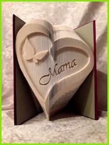 Dieses Buch in Form eines Herz mit dem Schmetterling und dem Namenszug Mama ist kein einfaches