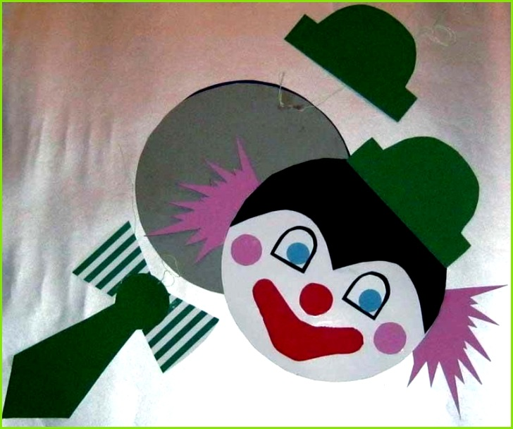 Step by Step Bastelanleitungen Bastelvorlage Clown aus Tonpapier selber basteln Schritt 6